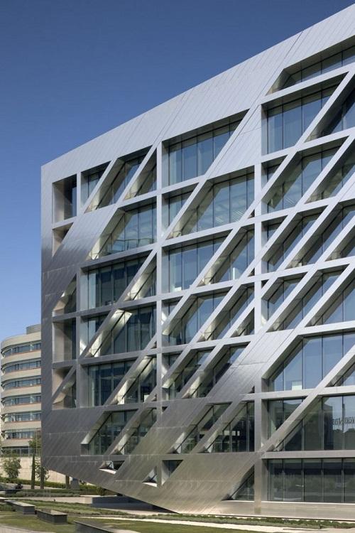 Diseños arquitectónicos con acabados plateados