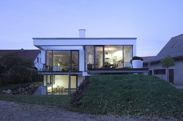 Planos de la casa moderna de los monticulos en alemania diseñada por Liebel Architekten BDA