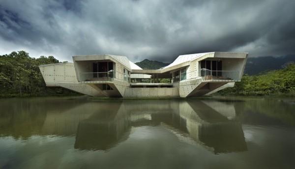 Residencia futuristica con acceso atravez de un puente