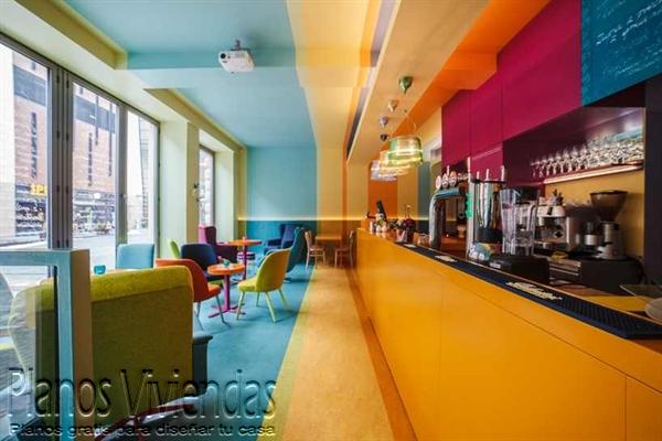 Geometría y originalidad en cafetería polaca símbolo de distinción
