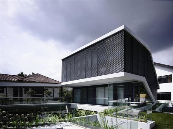 Construcción de casa moderna sobre terreno ondulado en Singapur (4)