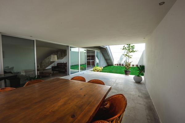 Amplitud y facil circulación desde la fachada en la casa IPE desarrollada por P+0 arquitectos