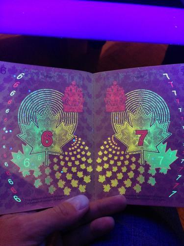 Diseños de castillos ultravioleta en pasaportes canadienses