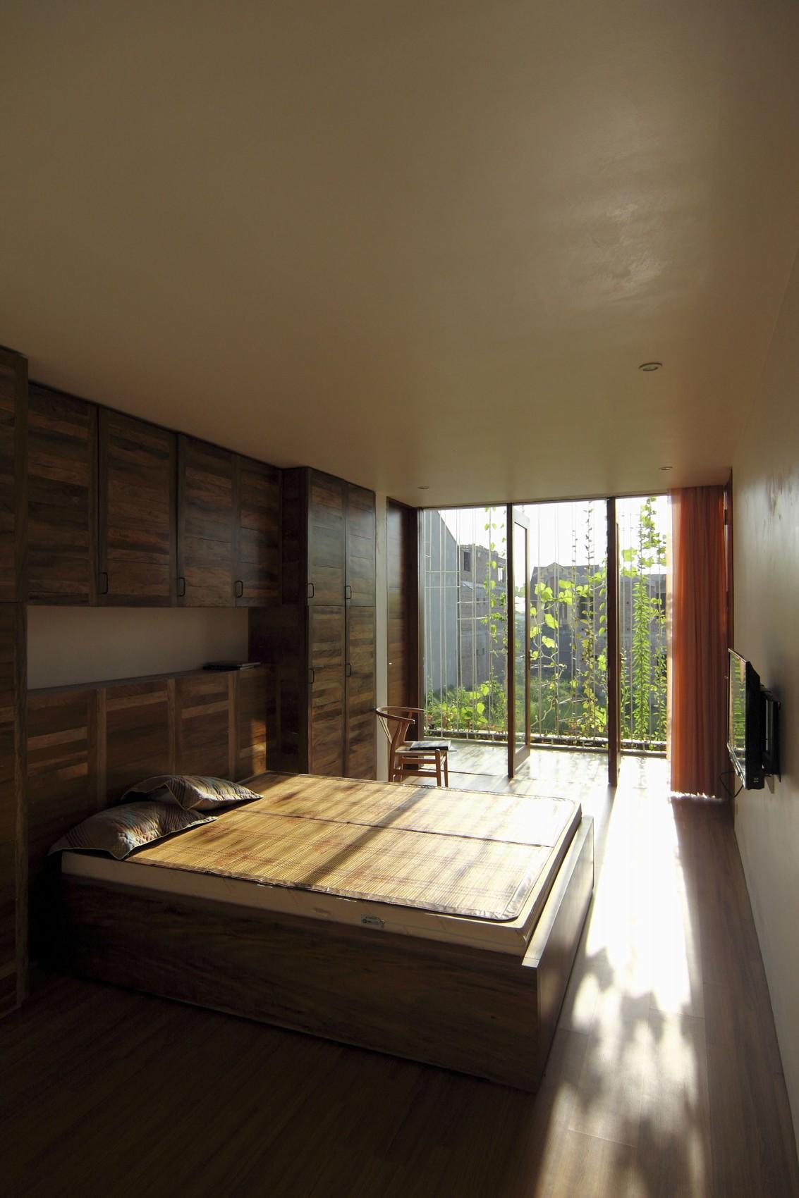 Planos de casa de tres pisos en terreno pequeño, incluye una fachada moderna y diseño de interior 10
