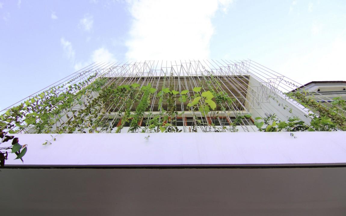 Planos de casa de tres pisos en terreno pequeño, incluye una fachada moderna y diseño de interior 5