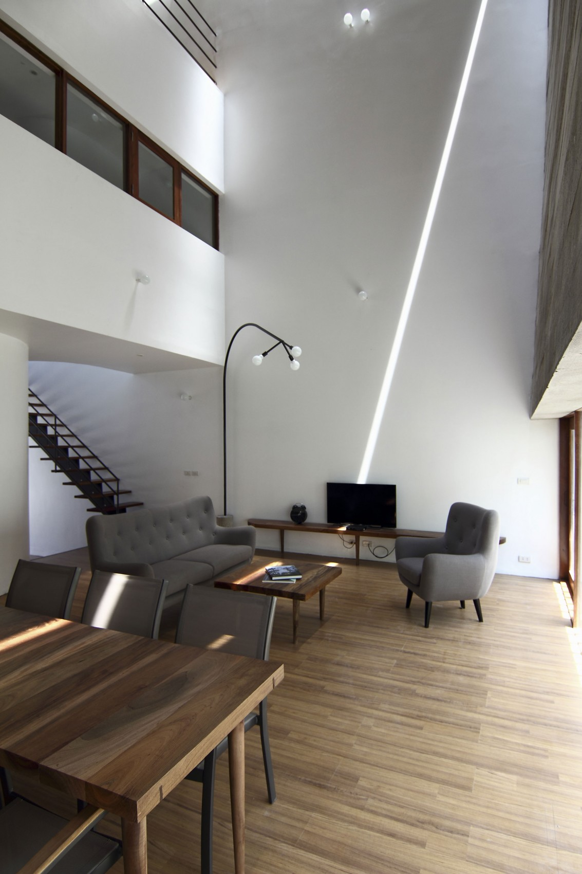 Planos de casa de tres pisos en terreno pequeño, incluye una fachada moderna y diseño de interior 6