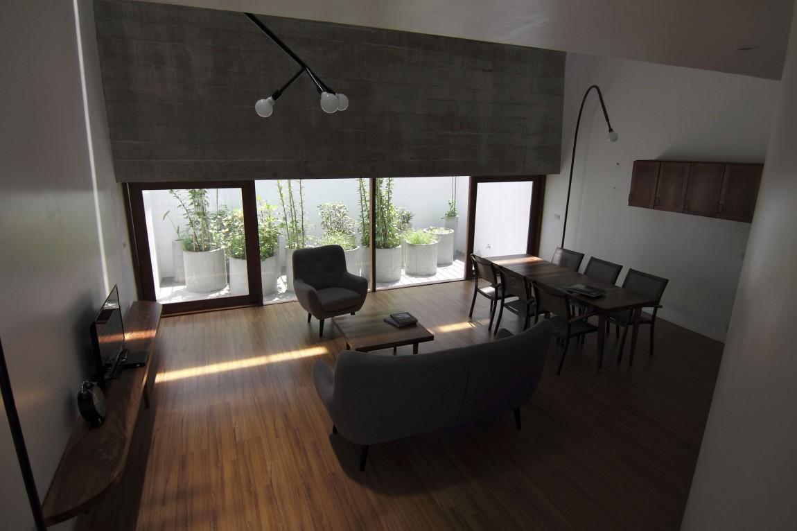 Planos de casa de tres pisos en terreno pequeño, incluye una fachada moderna y diseño de interior 8
