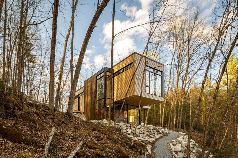 Planos de vivienda de casa moderna con vista hacia el lago de Quebec