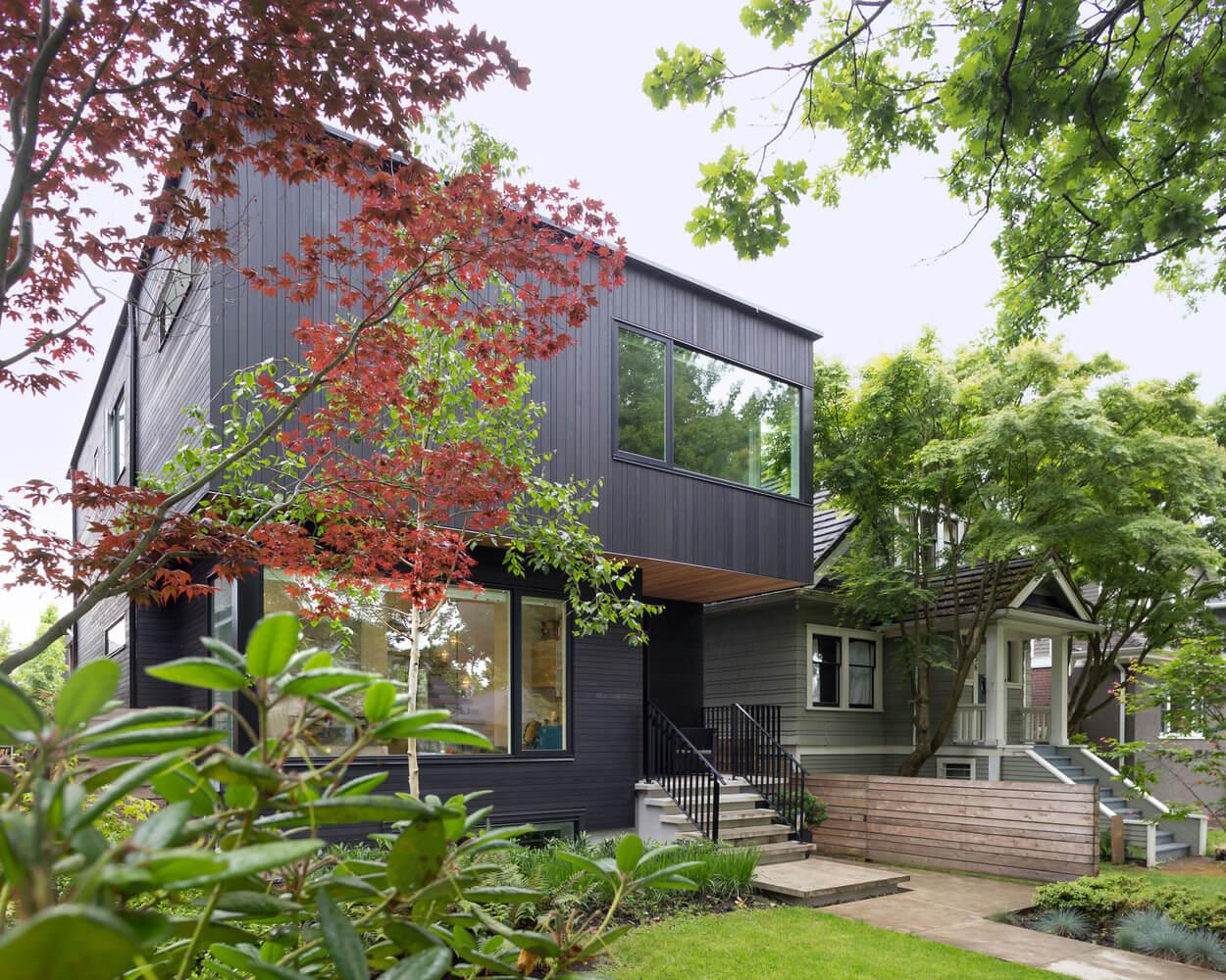 Contraste en el juego de los colores de una residencia contemporánea en Vancouver