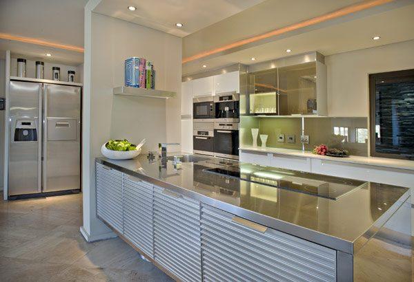 Una cocina moderna y grande