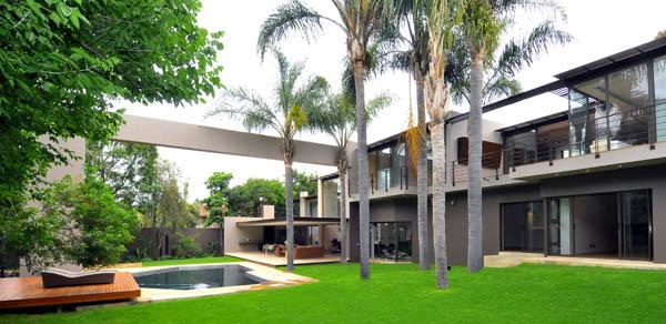 Lujosa Transformación Residencial de una casa que ha sido expandida con nuevos horizontes arquitectónicos