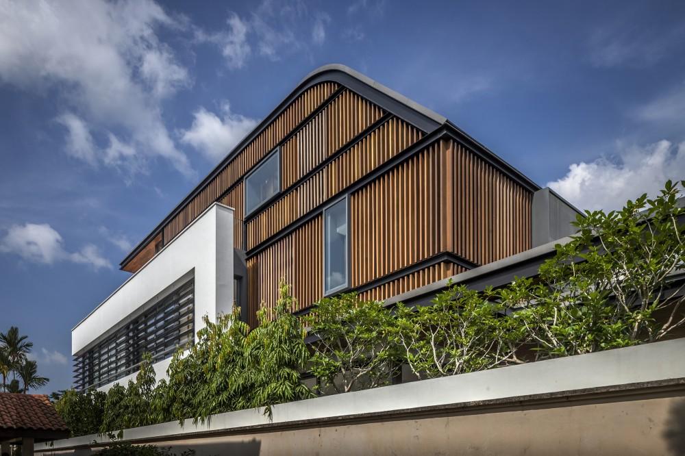 Casa semi-adosada en Singapur que interactúa con el sitio circundante con un jardín central