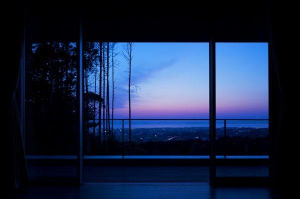 Hermosa vista del paisaje en el anochecer