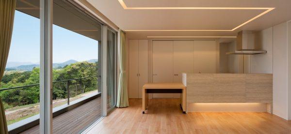 El interior revestido de madera