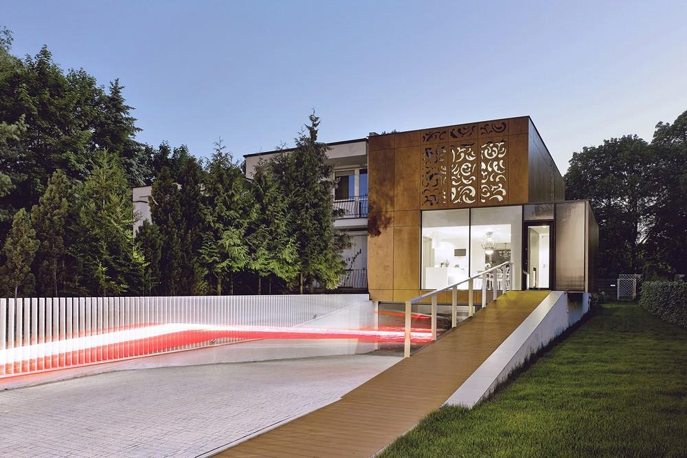 Casa con diseños perforados en la fachada, un toque de modernidad y con características del arte Nouveau