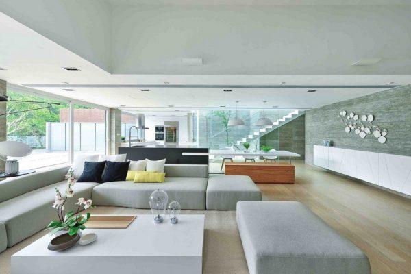 Diseño de sala con ventanas amplias