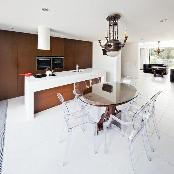 Diseño encantador de la cocina y comedor