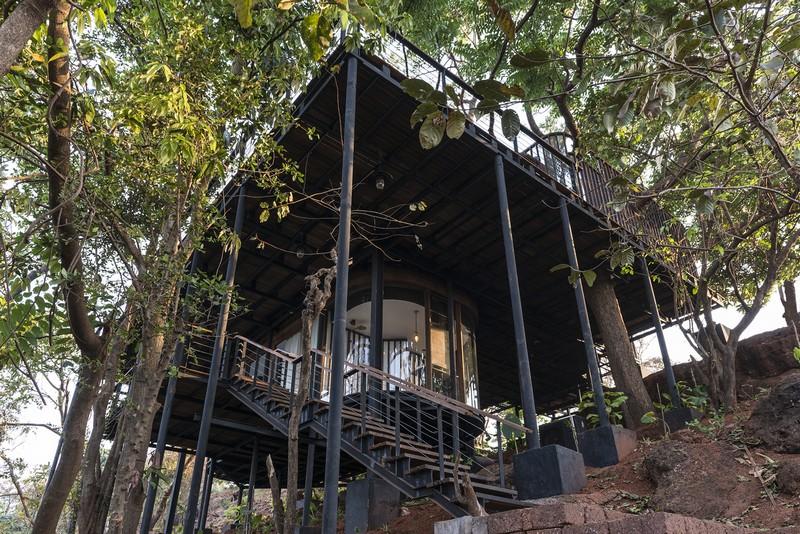 Idyllic Tree House una hermosa casa que se conforma del paisaje meditativo en un bosque en la India