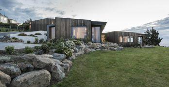 Hogar moderno diseñadocon hermosas vistas hacia el agua que ofrecen tranquilidad