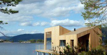 Pequeña casa flotante con vista al lago en Noruega y un diseño muy encantador que enamora