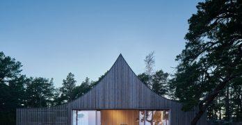Casa de vacaciones sueca: Un lugar que revela una silueta como si de una tienda de campaña se tratase