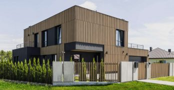 Residencia moderna en Polonia, incluye un librero muy destacado de piso a techo
