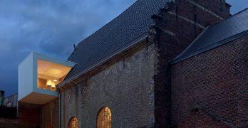 Conversión de la Capilla Histórica de Bélgica en Oficina de Arquitectura moderna y perfecta