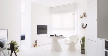 Estrecho apartamento en Tel Aviv diseñado en color blanco para una mayor amplitud