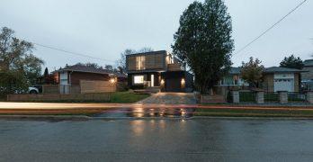 """Una pequeña casa tradicional de estilo Bungalow de ladrillo en Canadá se convierte en una moderna """"casa revuelta"""""""