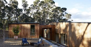 """La residencia """"dos mitades"""" en Australia brinda a sus habitantes privacidad y conexión"""