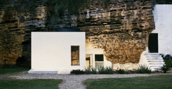 Reinvención de la casa cueva en la Sierra Morena con detalles únicos