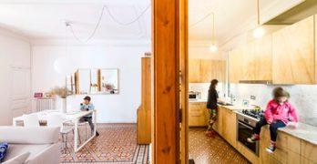 Se anexan tres cajas de madera funcionales a una vivienda para darle mayor lujo al piso
