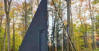 Casa en el bosque presenta un diseño único con grandes cristales para una mejor entrada de luz natural