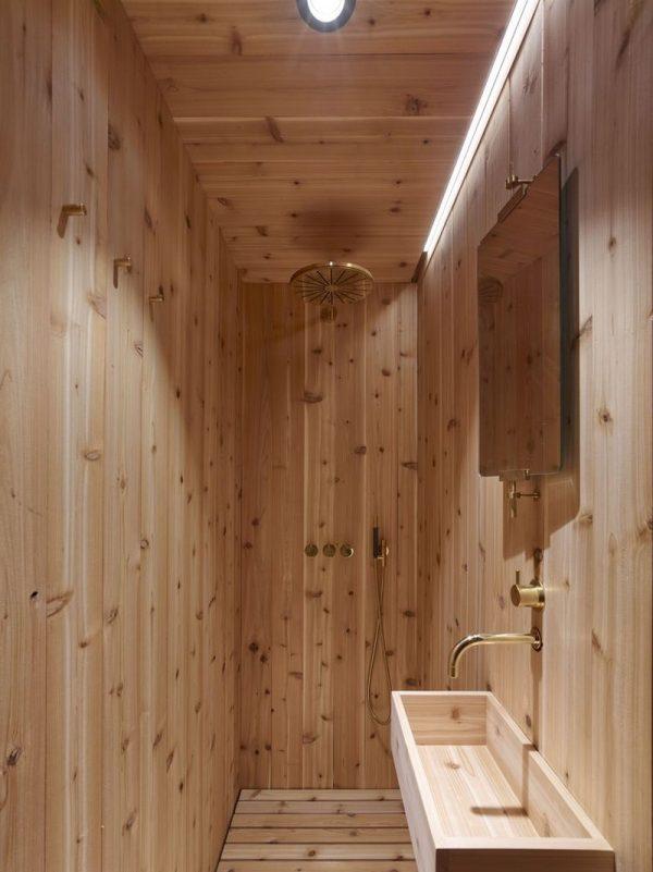Un baño con recubrimiento de madera