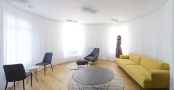 Vivienda circular reformada con división de espacios en la ciudad de Bilbao