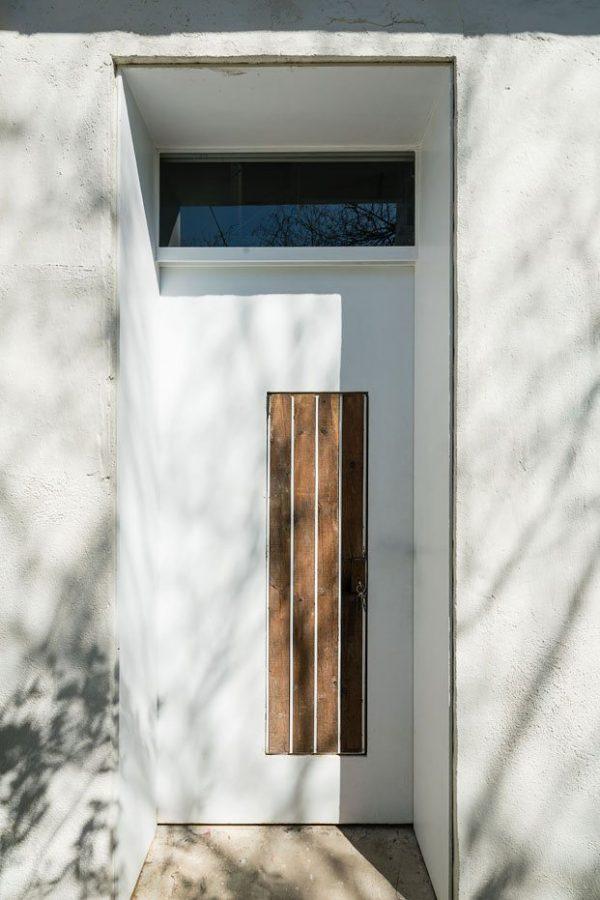 Puerta cerrada y minimalista