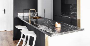 Remodelación de un apartamento en blanco/negro con acabados fenomenales e interesantes