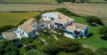 Hotel de estilo moderno en un lugar rural en Menorca ofrece un hospedaje moderno