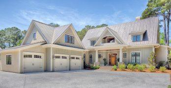 Planos de elegante residencia a dos aguas con fachada blanca