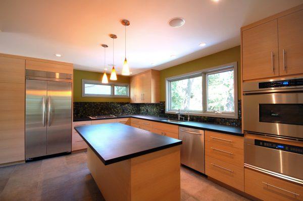 Muy moderna cocina con iluminación perfecta