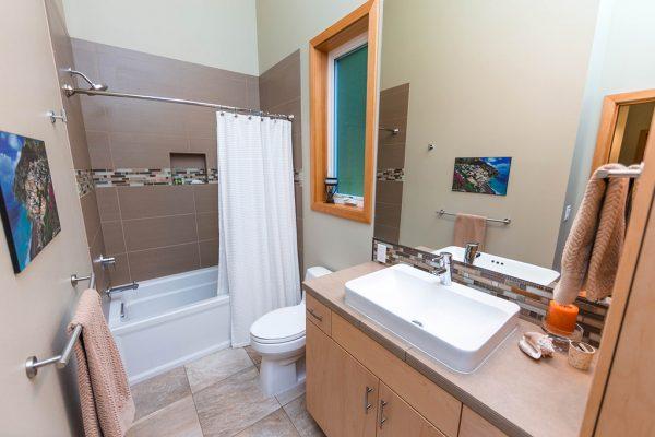 Este es un ejemplo de baño minimalista y completo